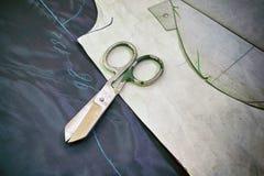 Modelo de costura en las telas listas para cortar rodeado Fotografía de archivo libre de regalías