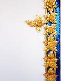 Modelo de cultura tailandés decorativo en la pared blanca Fotos de archivo