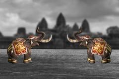 modelo de dos elefantes en fondo blanco y negro Imagen de archivo libre de regalías
