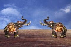 modelo de dos elefantes en fondo del cielo azul Imágenes de archivo libres de regalías