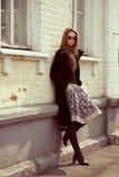 Modelo de fôrma à moda em um revestimento preto imagens de stock