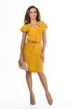 Modelo de fôrma bonito da mulher da atividade isolado no amarelo branco Imagens de Stock