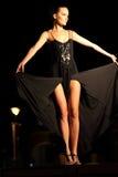 Modelo de fôrma que veste um vestido preto longo Imagem de Stock