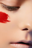Modelo de fascinación con maquillaje brillante creativo Fotografía de archivo libre de regalías
