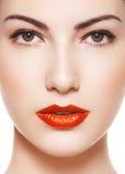 Modelo de fascinación con maquillaje retro clásico brillante Foto de archivo libre de regalías