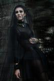 Modelo de Fashiom vestido en estilo gótico vamp Foto de archivo libre de regalías