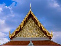 Modelo de flores de oro en tímpano del templo tailandés Fotografía de archivo
