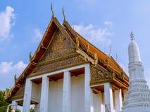 Modelo de flores en el tímpano del templo tailandés muy viejo Foto de archivo libre de regalías