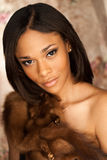 Modelo de forma afro-americano 'sexy' que veste uma pele de raposa Fotografia de Stock Royalty Free