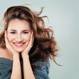 Modelo de forma amigável da mulher com cabelo de sopro foto de stock royalty free