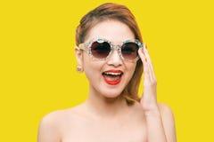 Modelo de forma asiático glamoroso que levanta na roupa colorida vívida fotos de stock