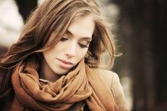 Modelo de forma bonito Outdoors da menina outono fotografia de stock royalty free