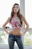 Modelo de forma da jovem mulher vestido na calças de ganga fotos de stock