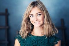 Modelo de forma de sorriso da mulher imagens de stock