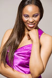 Modelo de forma do African-american no vestido roxo. Fotografia de Stock