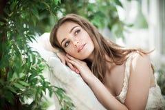 Modelo de forma Dreaming da mulher nas folhas verdes fotos de stock