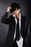 Modelo de forma encantador na camisa e no revestimento grandes do homem foto de stock