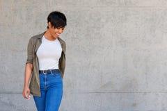 Modelo de forma fêmea africano novo à moda contra a parede Fotos de Stock Royalty Free
