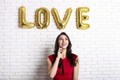Modelo de forma fêmea milenar bonito na roupa à moda que levanta para a sessão fotográfica do dia de Valentim do 14 de fevereiro  Imagens de Stock Royalty Free