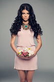 Modelo de forma Girl em pouco vestido cor-de-rosa Fotografia de Stock