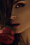 Modelo de forma Girl Portrait com rosas vermelhas Foto de Stock