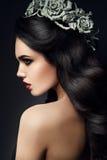 Modelo de forma Girl Portrait da beleza com Grey Roses fotografia de stock royalty free