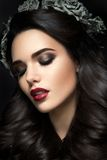 Modelo de forma Girl Portrait da beleza com Grey Roses imagem de stock royalty free