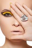 Modelo de forma, jóia luxuosa do encanto e composição imagem de stock royalty free