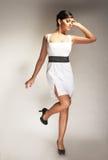 Modelo de forma levantado no vestido branco fotografia de stock