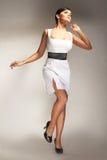 Modelo de forma levantado no vestido branco Foto de Stock Royalty Free