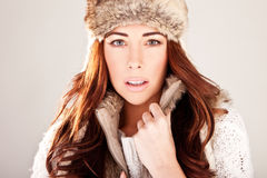 Modelo de forma lindo do Redhead na pele do inverno Imagem de Stock