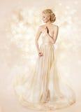 Modelo de forma Long Dress, beleza da mulher, menina elegante que levanta o vestido fotografia de stock