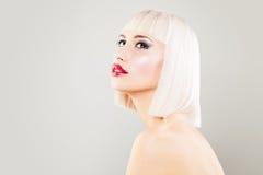 Modelo de forma louro bonito da mulher com louro Bob Hair Imagens de Stock Royalty Free
