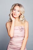 Modelo de forma louro bonito Woman com cabelo encaracolado louro Imagem de Stock Royalty Free