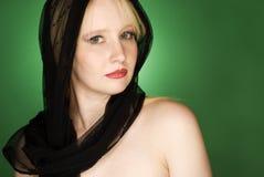 Modelo de forma louro da mulher com lenço preto fotos de stock royalty free