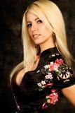 Modelo de forma louro 'sexy' da mulher na veste de seda imagem de stock royalty free