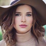 Modelo de forma magnífico Woman Outdoors imagens de stock