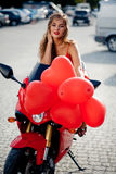 Modelo de forma na motocicleta fotografia de stock