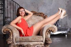 Modelo de forma nas meias que levantam no estúdio Imagens de Stock Royalty Free