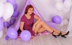 Modelo de forma nas meias que levantam no estúdio Foto de Stock Royalty Free