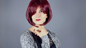 Modelo de forma With New Hairstyle ou cor vermelha do cabelo vídeos de arquivo