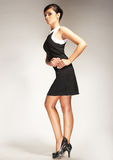 Modelo de forma no fundo claro no vestido preto Fotografia de Stock Royalty Free
