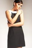 Modelo de forma no fundo claro no vestido preto Imagens de Stock Royalty Free