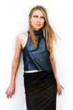 Modelo de forma no vestido dourado Fotografia de Stock Royalty Free