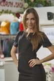 Modelo de forma no vestido preto Imagens de Stock