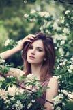 Modelo de forma novo com flores da mola Fotografia de Stock Royalty Free