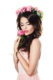 Modelo de forma novo Holding Pink Flower imagem de stock royalty free