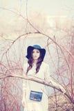 Modelo de forma Outdoors da mulher Composição, cabelo encaracolado fotos de stock