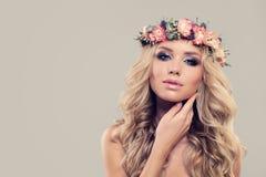 Modelo de forma perfeito da mulher com flores da mola Imagens de Stock Royalty Free
