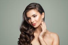 Modelo de forma perfeito Woman com joia de prata Diamond Earrings imagens de stock royalty free
